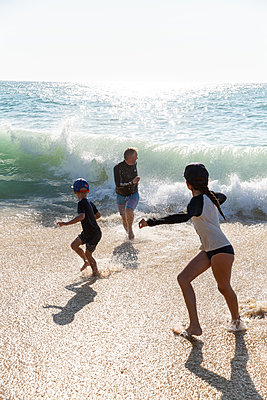 Family on the beach - p756m2125742 by Bénédicte Lassalle