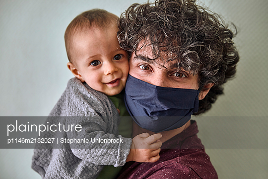 Portrait of father and baby boy, Stay at home due to Covid-19 - p1146m2182027 by Stephanie Uhlenbrock