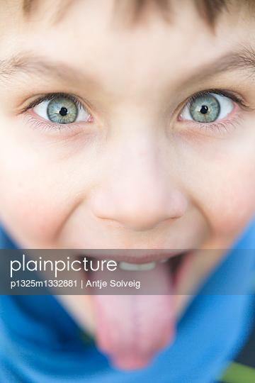 kleiner, kecker Junge streckt Zunge raus - p1325m1332881 von Antje Solveig