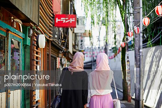 Young South-east Asian women enjoying sightseeing in Tokyo - p307m2090564 by Yosuke Tanaka