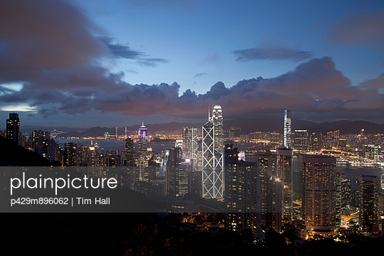 Aerial view of  skyscrapers at dusk - p429m896062 by Tim Hall