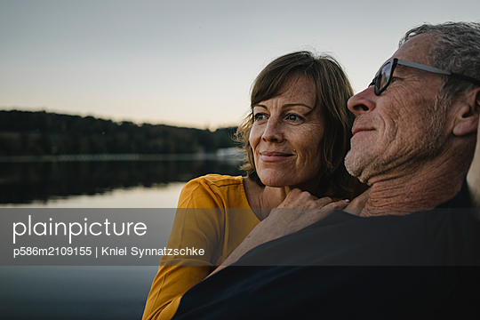 Portrait of mature couple at Lake Baldeneysee - p586m2109155 by Kniel Synnatzschke