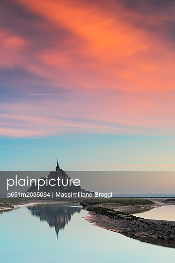 Sunrise at Le Mont Saint Michel, Manica, Avranches, Pontorson, Normandy, France - p651m2085084 by Massimiliano Broggi
