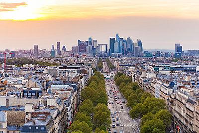 France, Paris, cityscape with Avenue de la Grande Armee and La Defense - p300m2059506 by Werner Dieterich