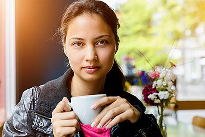 Junge Frau im Cafe - p422m987452 von Büro Monaco