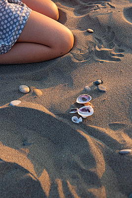 Playing in the sand - p454m2176594 by Lubitz + Dorner