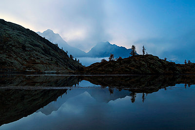 The dusk on Lake Vallette, Natural Park of Mont Avic, Valle d'Aosta, Graian Alps, Italy, Europe - p871m1056728 by Roberto Moiola