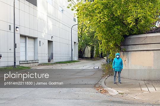 Passantin mit Mundschutz - p1614m2211830 von James Godman