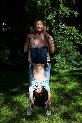 Kind Kopfüber halten - p045m1488344 von Jasmin Sander