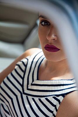 Junge Frau auf Rücksitz im Auto - p1248m1185549 von miguel sobreira