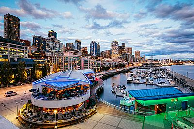 Waterfront and downtown district at sunset, Pier 66, Seattle, Washington, USA - p651m2032661 by Matteo Colombo photography
