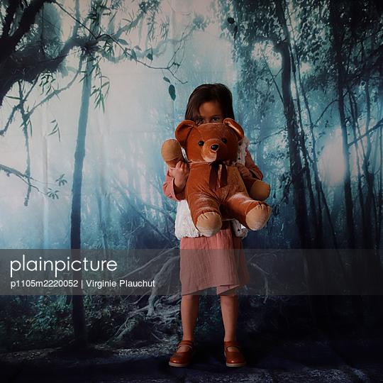 Little girl with teddy, portrait - p1105m2220052 by Virginie Plauchut