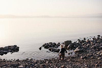 Kleiner Junge spielt am Strand - p1046m1467511 von Moritz Küstner