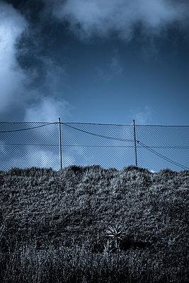 Zaun & Wolken - p220m1158920 von Kai Jabs