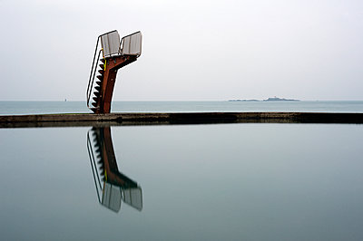 Diving platform on a sea pool - p589m1171119 by Thierry Beauvir