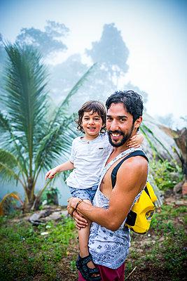 Vater mit Sohn auf dem Arm - p680m1511624 von Stella Mai