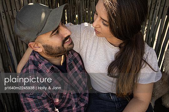 Junges Paar, Portrait - p1640m2245938 von Holly & John