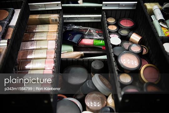 plainpicture   Photo library for authentic images - plainpicture p343m1554799 - Open cosmetics box. - plainpicture/Aurora Photos/Ron Koeberer