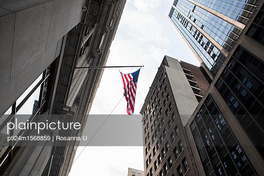 plainpicture - plainpicture p924m1568859 - American flag, skyscrapers,... - plainpicture/Image Source/Rosanna U