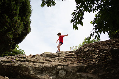 Junge balanciert - p1308m2247522 von felice douglas