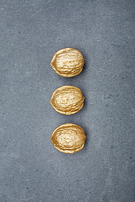 goldene Walnüsse - p464m1145857 von Elektrons 08