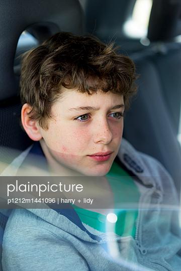 Junge im Auto - p1212m1441096 von harry + lidy