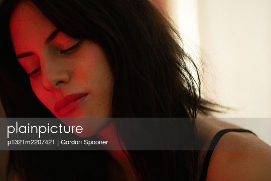 Young dark-haired woman, portrait - p1321m2207421 by Gordon Spooner