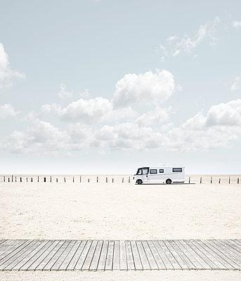 Campervan on the beach - p1162m2278613 by Ralf Wilken