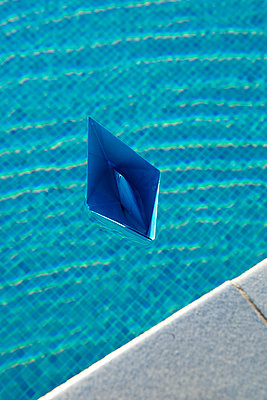 Blaues Papierschiffchen - p451m940557 von Anja Weber-Decker