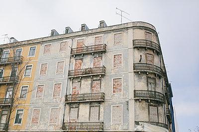 Hausfassade mit zugemauerten Fenstern  - p1215m1425639 von Kim Keibel
