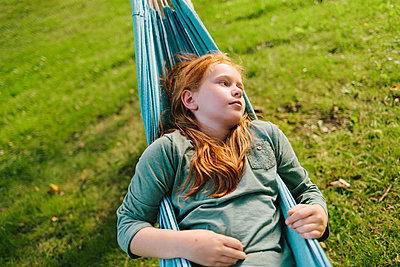 Red-haired girl in hammock relaxing - p586m1109406 by Kniel Synnatzschke
