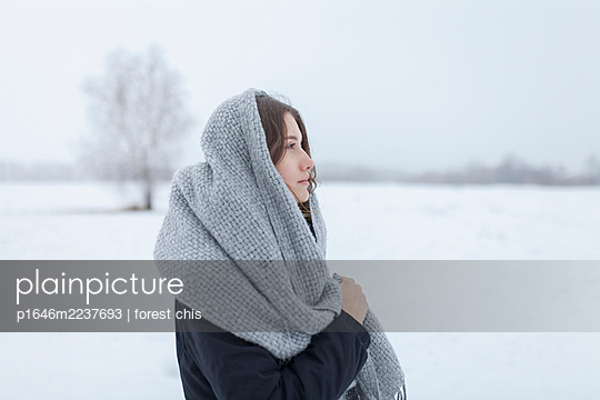 Russia, Young woman with scarf in snowy landscape, portrait - p1646m2237693 by Slava Chistyakov