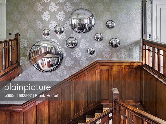 Holztreppe in einer Villa - p390m1582807 von Frank Herfort