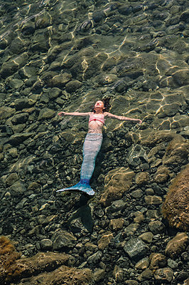 Woman disguised as a mermaid in the shallow water - p1437m2283318 by Achim Bunz