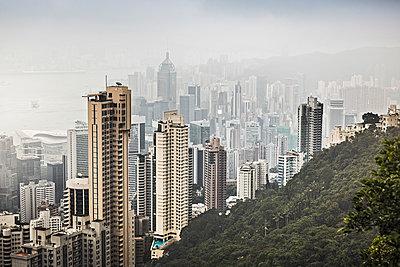 Skyline of Hong Kong from Victoria Peak, Hong Kong, China - p300m2206549 by Studio 27