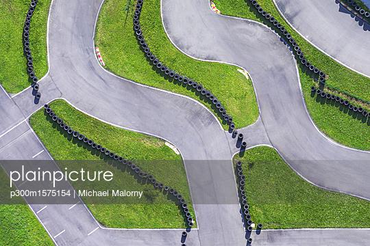 Aerial view of go-kart track - p300m1575154 von Michael Malorny