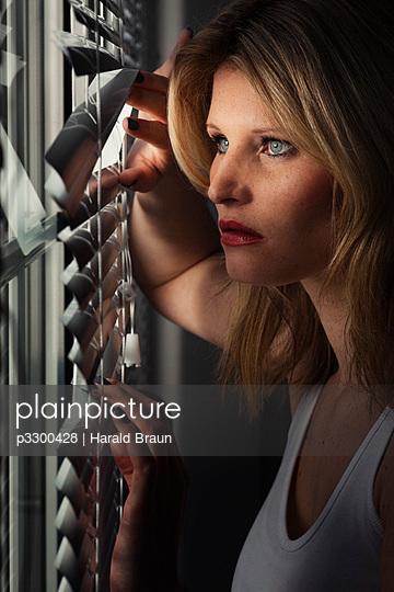 Spionierende Frau - p3300428 von Harald Braun