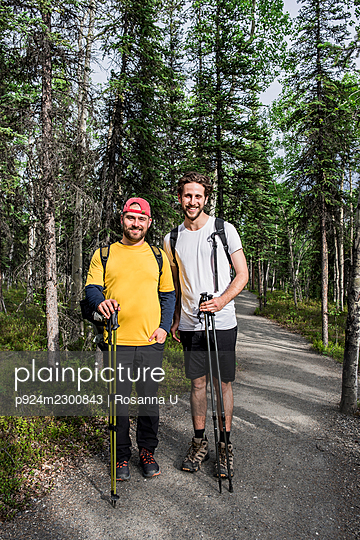 USA, Alaska, Portrait of smiling hikers in Denali National Park - p924m2300843 by Rosanna U