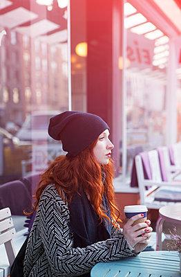 Frau sitzt draußen im Café - p045m1208200 von Jasmin Sander
