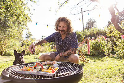 BBQ with dog - p788m2027459 by Lisa Krechting