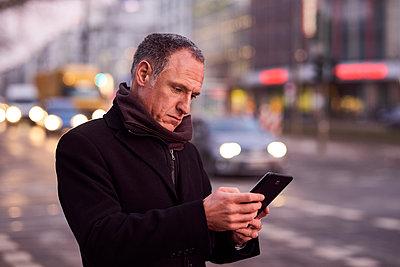 Mann mit Tablet unterwegs in der Stadt - p890m1217319 von Mielek