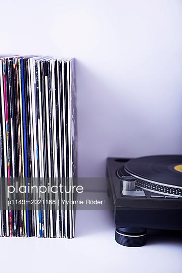 Plattenspieler und Schallplatten - p1149m2021188 von Yvonne Röder