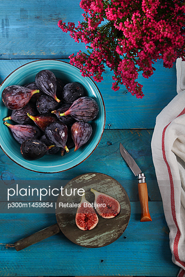 Whole and sliced figs - p300m1459854 by Retales Botijero