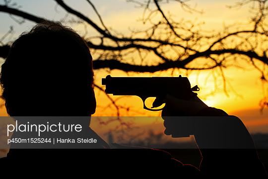 Mann mit Schusswaffe   - p450m1525244 von Hanka Steidle