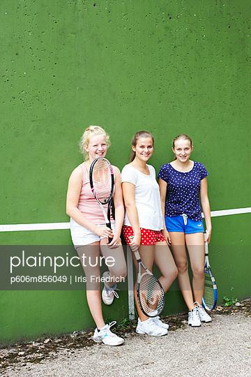Drei Tennismädels I - p606m856049 von Iris Friedrich