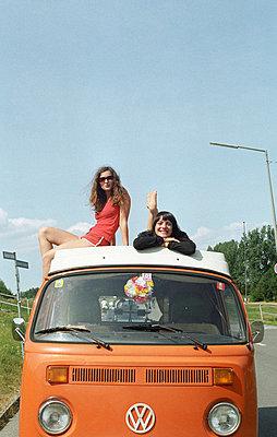 Auf dem VW-Bus liegen - p0450520 von Jasmin Sander