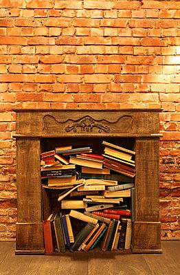 Kamin gefüllt mit Lesestoff - p045m892384 von Jasmin Sander
