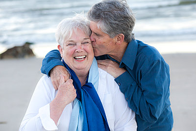 Senior husband kissing wife at Cold Storage Beach on Cape Cod - p1166m2236289 by Cavan Images