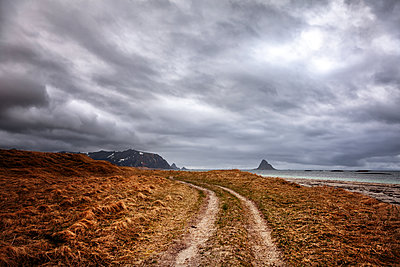 Dramatic sky in barren landscape, Finnmark, Norway - p1168m2205468 by Thomas Günther