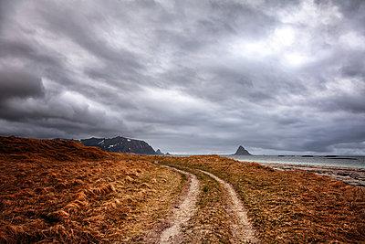 Dramatischer Himmel in karger Landschaft, Finnmark, Norwegen - p1168m2205468 von Thomas Günther